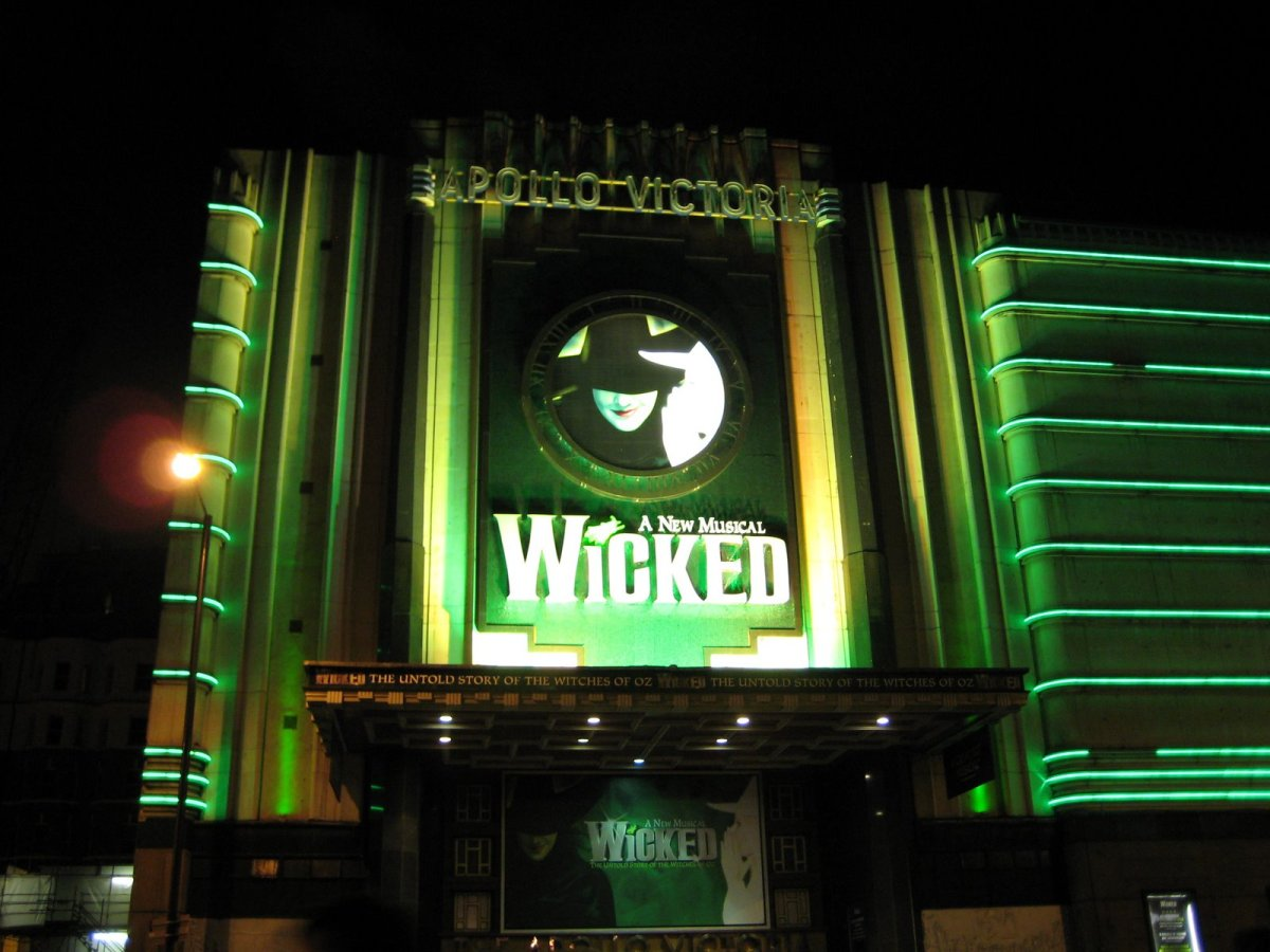 RE-REVIEW: Wicked - Apollo Victoria, London [2011]